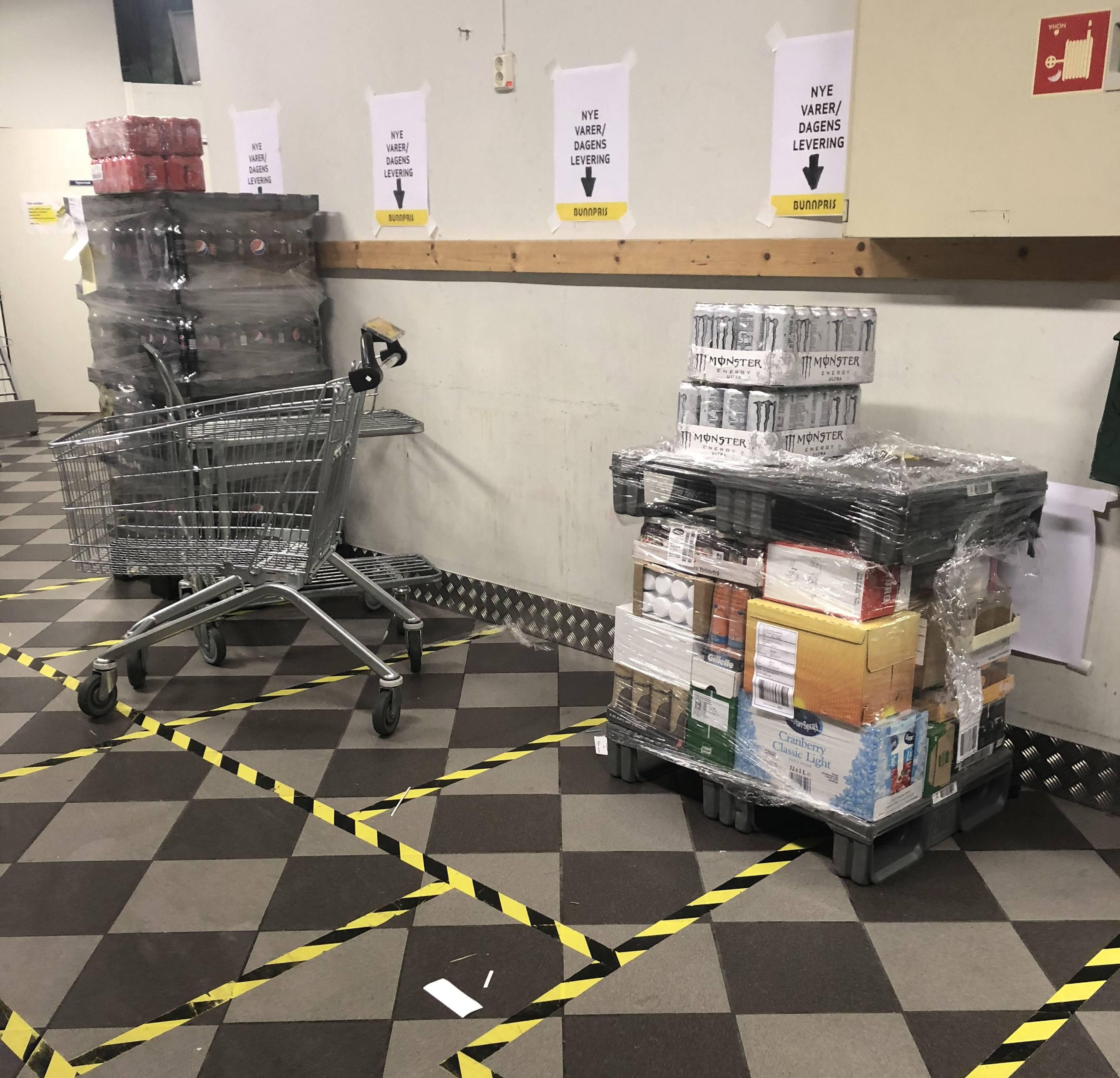 Gulvet i butikkens lager er merket opp med tape for å vise hvor ting hører hjemme